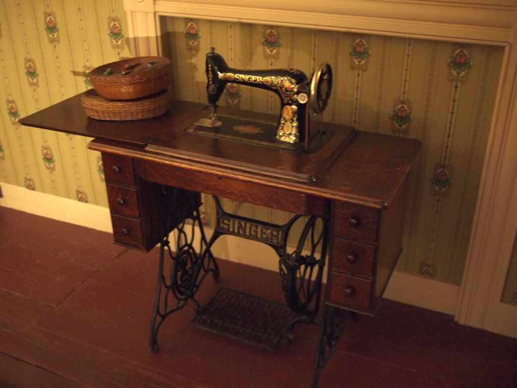 Singer sewing machine. Photo by rickpilot_2000 // cc